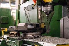 Bohrmaschine für Metall mit Stahltabelle lizenzfreies stockfoto