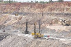 Bohrmaschinen in einer Tagebaugrube Stockfoto