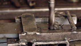 Bohrung der Metallplatte in Nahaufnahme stock video