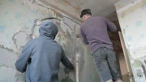 Bohrung des Betons mit einer runden Baukrone Arbeitskraft bohrt eine Wand mit einem Perforator Zeitlupevideo stock footage