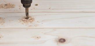Bohrung in ein Stück Holz stockbild