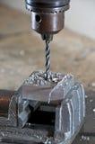 Bohrung in einen Block des Metalls lizenzfreie stockfotos