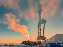Bohrung einer Ölquelle in ein Öl und in ein Erdgasfeld in der Arktis stockbild
