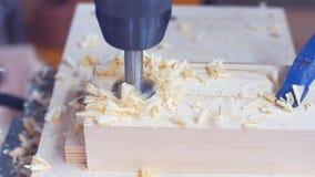 Bohrung eines Lochs in einem Stück Holz mit einer Standbohrmaschine stock video footage