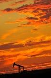 Bohrung für Schmieröl am Sonnenuntergang lizenzfreies stockfoto