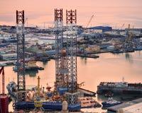 Bohrungsrig leaves shipyard Stockfoto