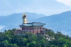 Bohyunsa tempel med den stora sittande statyn för bild för buddha ` s i Sydkorea royaltyfri bild