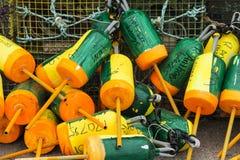 Boia coloridas da lagosta empacotadas junto ao lado das armadilhas Fotos de Stock Royalty Free