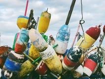 Boia coloridas da lagosta perto do litoral nacional de Cape Cod imagens de stock