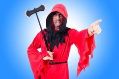 Boia in costume rosso con l'ascia Fotografie Stock Libere da Diritti