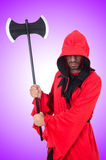 Boia in costume rosso con l'ascia su bianco Immagini Stock Libere da Diritti