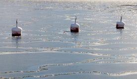 Boia de três vermelhos no gelo rachado fotos de stock