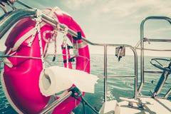 Boia de vida com cordas e papel higiênico no barco fotos de stock