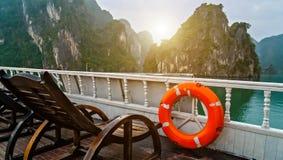 A boia de vida do anel descobre destinos superiores Vietname da baía de Halong Da navigação de madeira da sucata do cruzeiro ilha foto de stock