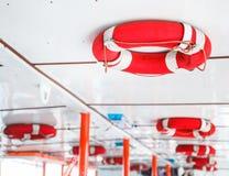 Boia de vida pessoal do dispositivo de segurança da flutuação da manutenção das funções vitais para os nadadores, os passageiros  imagem de stock