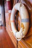 Boia de vida pessoal velha, quebrada e expirada do dispositivo de segurança da flutuação da manutenção das funções vitais para na fotografia de stock