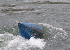 Boia em fluir a água Fotos de Stock Royalty Free
