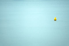 Boia no mar (tiro mínimo) fotos de stock royalty free