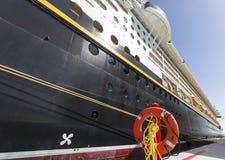 Boia salva-vidas e lado vermelhos de um navio de cruzeiros fotografia de stock royalty free