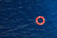 Boia salva-vidas em um mar azul tormentoso, equipamento de segurança no barco Imagens de Stock Royalty Free