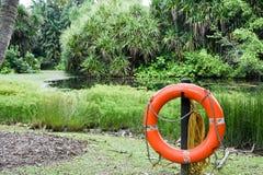 Boia salva-vidas vermelho em um parque Foto de Stock Royalty Free