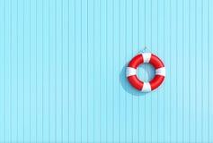 Boia salva-vidas vermelho em uma parede de madeira azul da prancha, conceito do verão, fundo Imagens de Stock