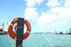 Boia salva-vidas vermelho que pendura no polo Imagem de Stock