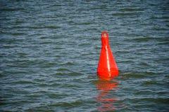 Boia vermelha de flutuação na água azul Fotografia de Stock
