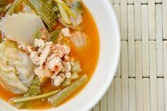 Boiled混合了菜和鱼卵在泰国辣汤在碗 免版税图库摄影