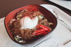 Tourists like to order boiled beef rice with soy sauce to increase energy during the cold season.