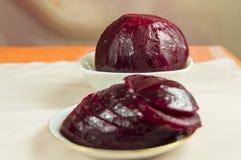 Boiled schnitt rote Rüben auf einer Untertasse Konzept der gesunden Nahrung Stockbilder