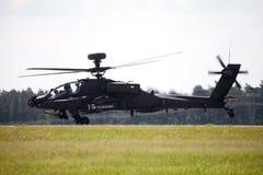 Boing AH-64 Apache flyg på flygplats Arkivfoto