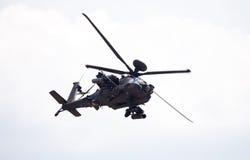 Boing AH-64 Apache flyg på flygplats Royaltyfri Bild