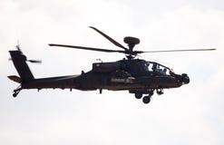 Boing AH-64 Apache flyg på flygplats Fotografering för Bildbyråer