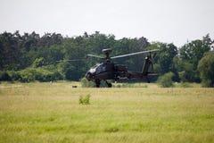 Boing AH-64 Apache flyg på flygplats Arkivbild