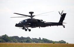 Boing AH-64 Apache flyg på flygplats Royaltyfria Bilder