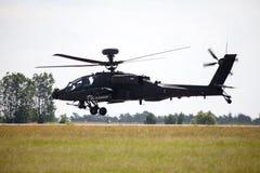 Boing AH-64 Apache flyg på flygplats Royaltyfri Fotografi