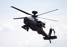 Boing AH-64 Apache flyg på flygplats Arkivbilder