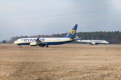 Boing 737 - 800 de Ryanair conduit à la piste à l'aéroport Nuremberg Image stock