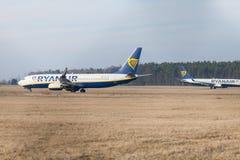Boing 737 - 800 de Ryanair conduit à la piste à l'aéroport Nuremberg Images stock