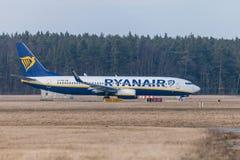 Boing 737 - 800 de Ryanair conduit à la piste à l'aéroport Nuremberg Photographie stock