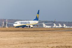 Boing 737 - 800 de Ryanair conduit à la piste à l'aéroport Nuremberg Photo stock