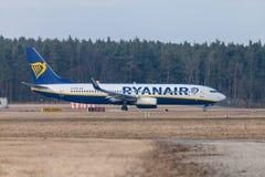 Boing 737 - 800 de Ryanair conduit à la piste à l'aéroport Nuremberg Photo libre de droits