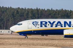 Boing 737 - 800 de Ryanair conduit à la piste à l'aéroport Nuremberg Photos stock