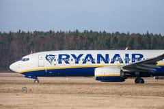Boing 737 - 800 de Ryanair conduit à la piste à l'aéroport Nuremberg Photos libres de droits