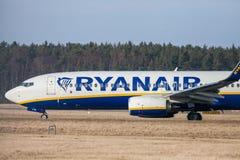 Boing 737 - 800 de Ryanair conduit à la piste à l'aéroport Nuremberg Image libre de droits