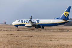 Boing 737 - 800 de Ryanair conduit à la piste à l'aéroport Nuremberg Images libres de droits