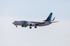 Boing 737 - 800, den EgyptAir nivån landar på flygplatsen tegel arkivbild