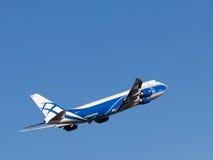 Boing 747-8F flygplan Arkivfoto
