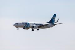Boing 737 - 800, terres plates d'EgyptAir sur l'aéroport tegel Photographie stock